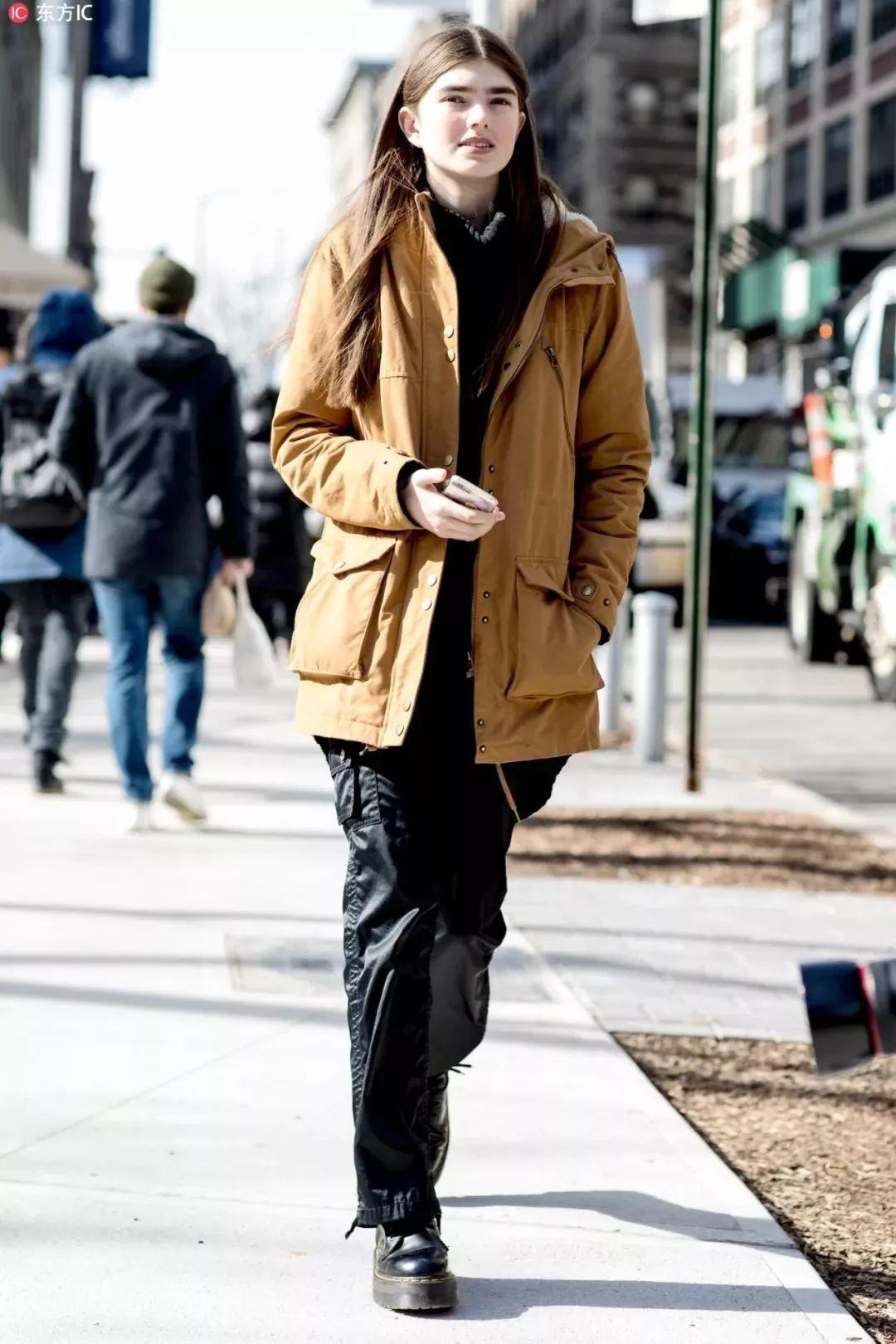 江疏影现身机场,黑色高领针织衫搭配fendi丝绒半裙和过膝靴,外搭廓形