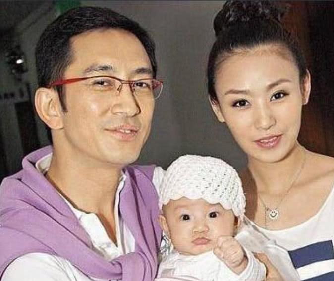 43歲娶21歲嬌妻,婚後7年敗光上億家產,現與女兒住危樓!