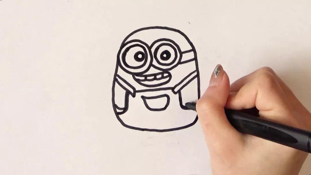 点击播放获取完整视频)   第一步:先勾画出小黄人的眼部和脸部的轮廓.