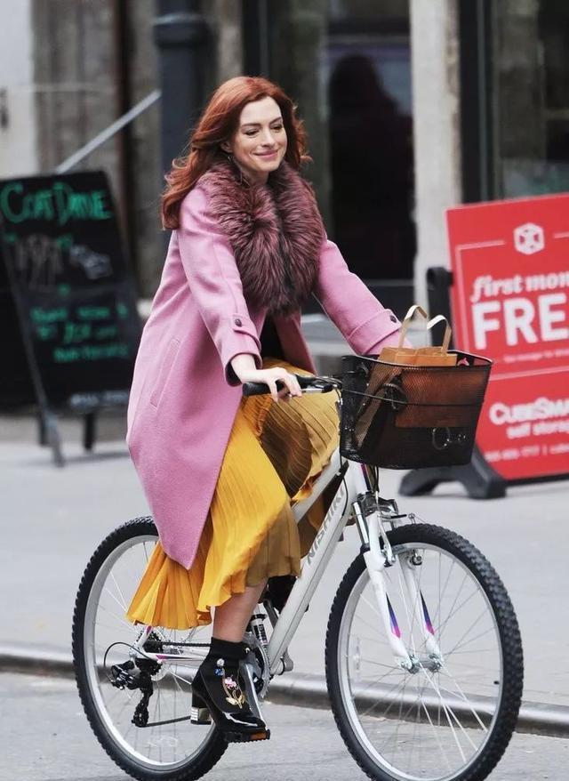 安妮海瑟薇產後復出!粉色西裝搭配海藍色高跟鞋美麗依舊,超好看