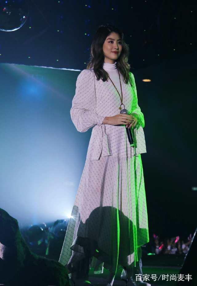 陈慧琳太敢穿了,毛衣外面套连衣裙,46岁活得比18岁还少女