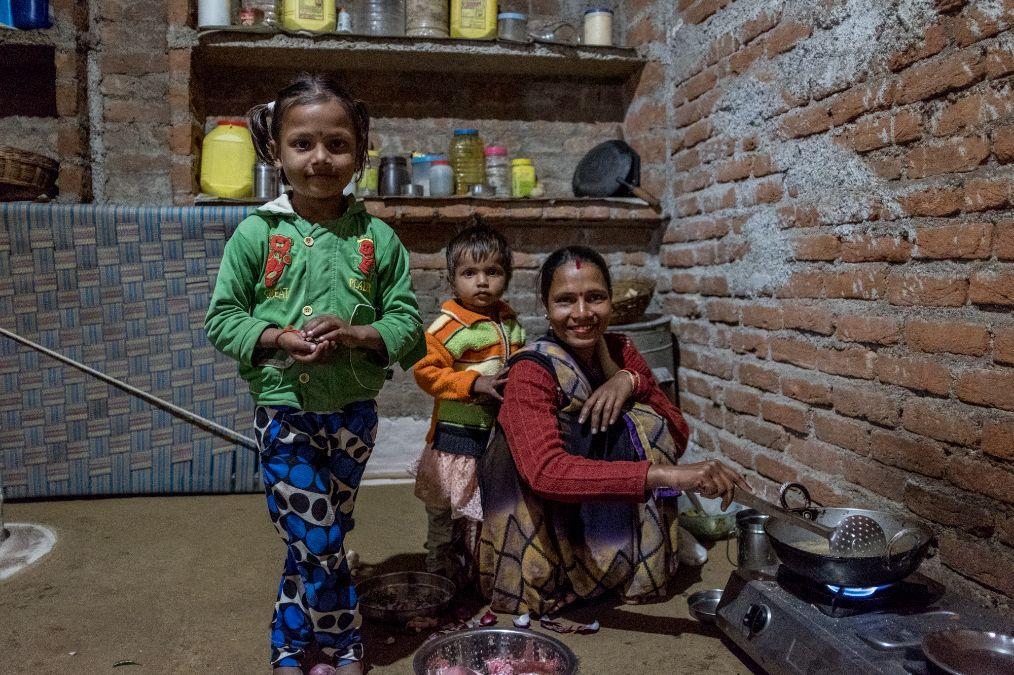印度乡村家庭实拍:虽然贫穷但是家里也有厕所,女人都是蹲着做饭