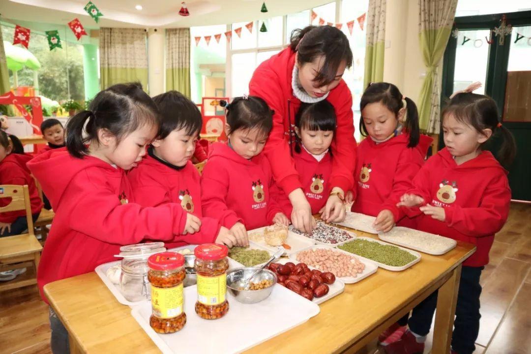 """虹桥社区   """"豆趣横生""""迎金猪   五谷作画庆腊八   让孩子们认识、了解制作腊八粥所需的各种粗粮及它们的健康作用.图片"""