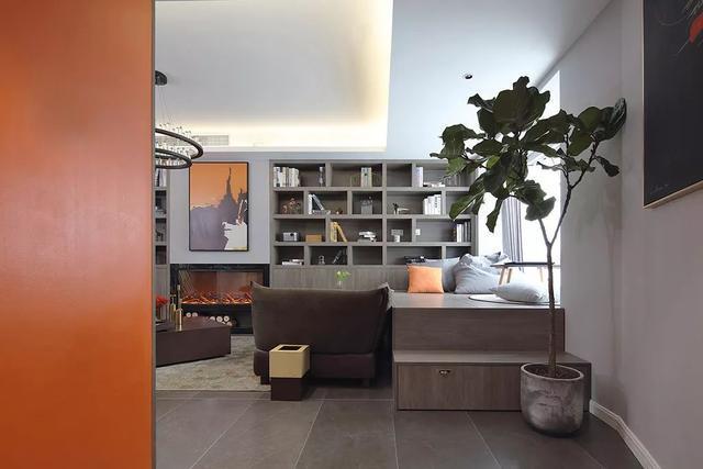 餐厅的吊顶与墙面以木质造型装饰,让空间线条延伸更有设计感,餐桌图片