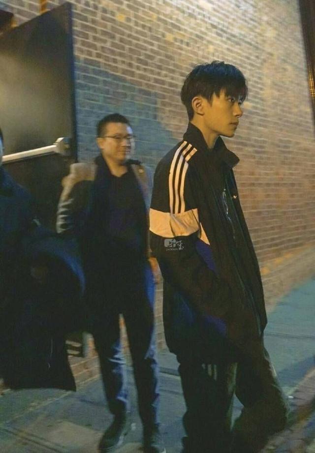 路人镜头下的男星杨洋害羞、千玺霸气到没朋友、女友视角送给你