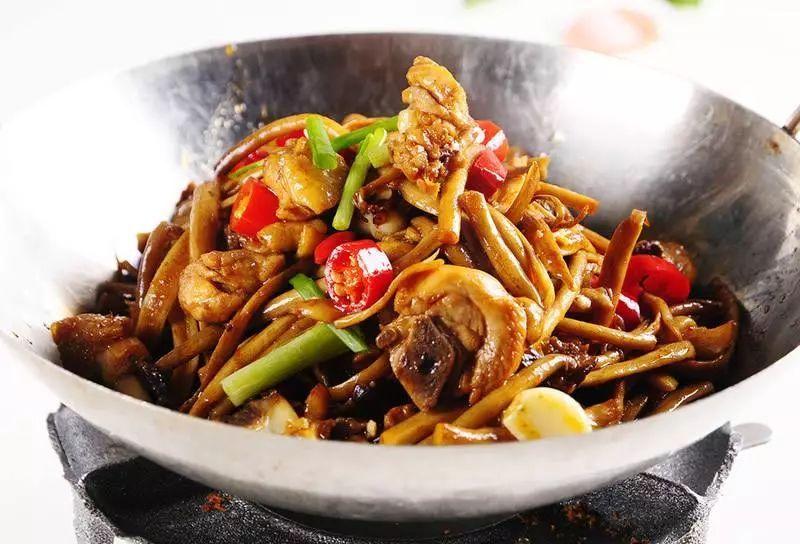 今天不说茶树菇和什么煲汤最好只说炒茶树菇的家常做法_五花肉..