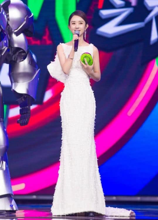"""赵丽颖穿白裙现身,戴皇冠高端典雅,结果被""""火龙果奖杯""""抢镜了"""