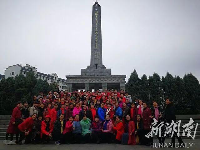 桂东县第一军规广场前合影留念