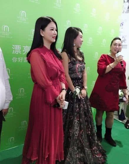 从来看不到李湘穿裤子,几乎都是这种长裙和这发型,为了显瘦!