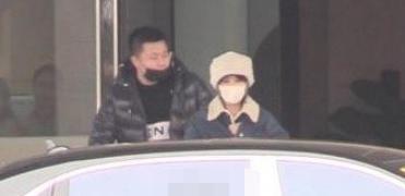 赵丽颖冯绍峰返京,他把怀孕老婆包超严实,大冷天特意躲户外抽烟