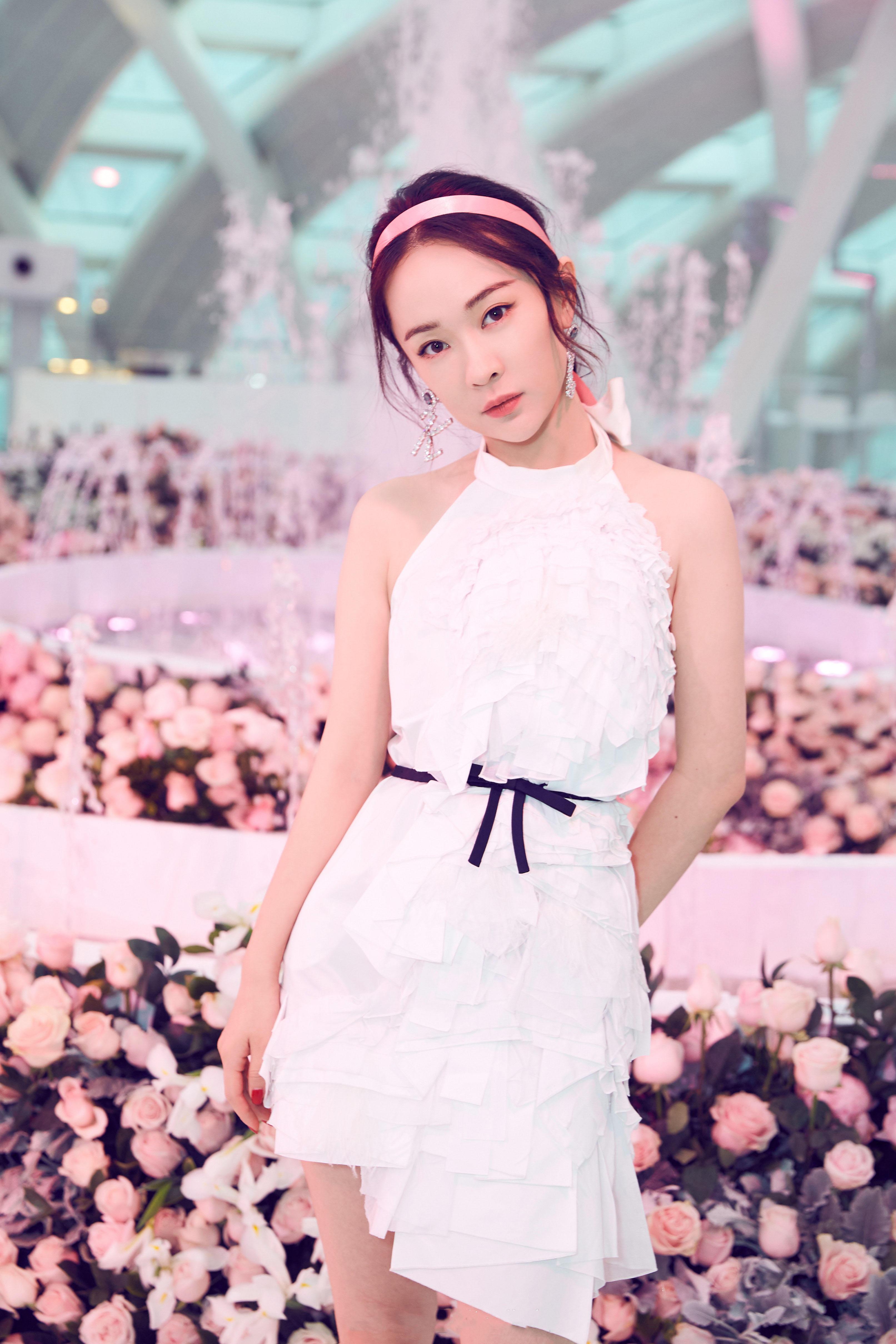 霍思燕小时候_霍思燕逆生长,穿白色连衣裙戴粉色发带,38岁被宠成了小公主 ...