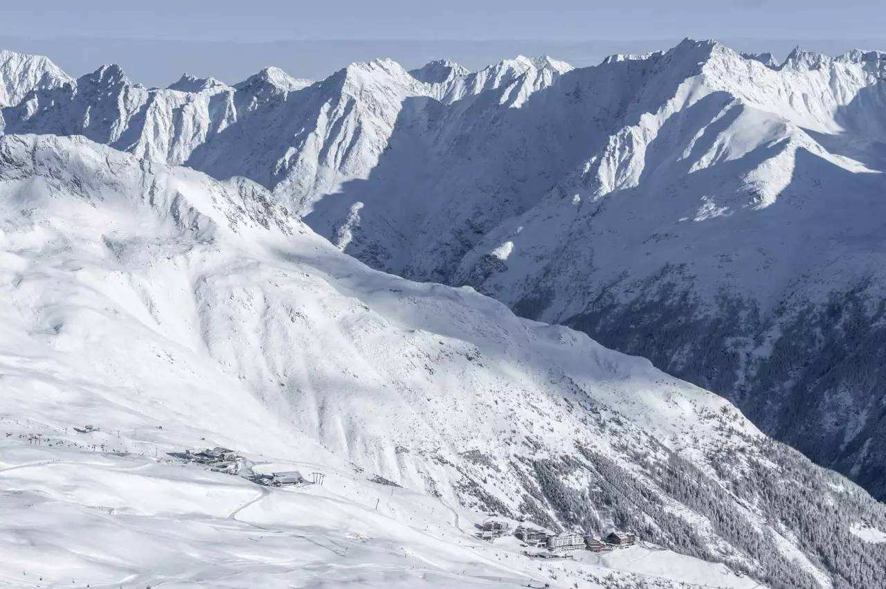 德国一对夫妇登山意外发现,一具裸尸封在冰川中,比木乃伊还早一千年