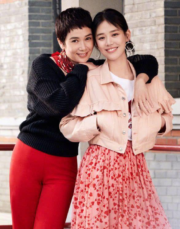 30岁马思纯甜的像个20出头的女生,49岁蒋雯丽与她同框倒像姐妹!