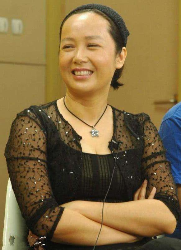 50岁女人的区别,蒋雯丽徐帆都老成大妈,她却活得18岁少女