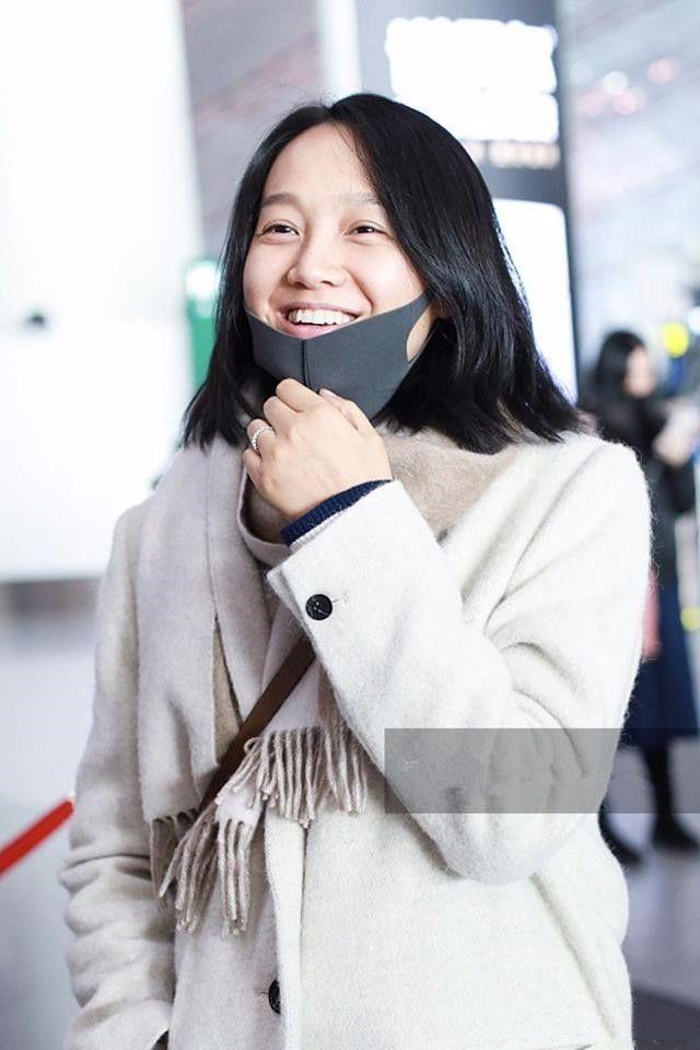 朱丹纯素颜现身机场,满脸皱纹却从不化妆扮嫩,挺真实的!