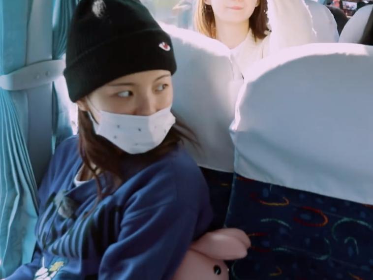 原創             楊超越被隊友孤立,第一個上車,卻沒人願意跟她坐一起