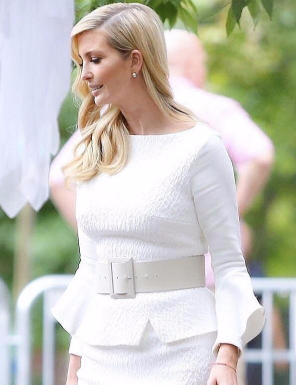 伊万卡又穿白衣白裤,换成宽松版至少显胖10斤,终于像奔四女人!