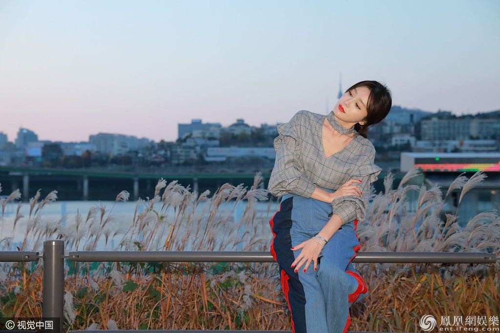 文藝女神!秦嵐拍寫真秀「天鵝頸」 神仙鎖骨美到犯規氣質超讚 形象穿搭 第2張