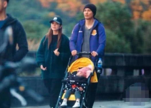 37岁周渝民一家人首同框,背包推婴儿车半搂妻子,堪称好