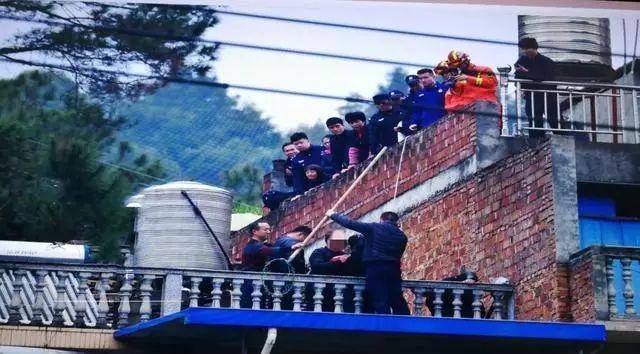 热点:丽水11岁女孩爬上7楼欲跳楼!紧急时刻...