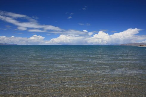一个雪山与湖泊交映成趣,山神与湖神相依相伴的地方.