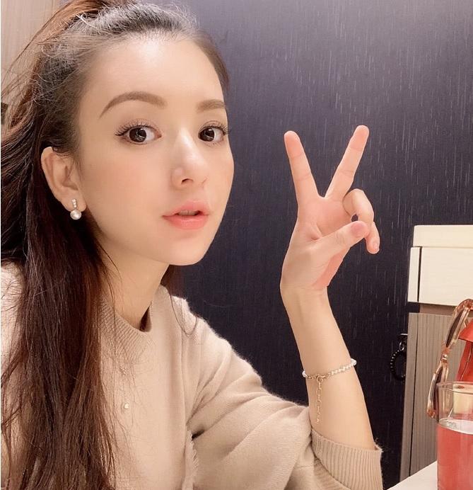 方媛挺孕肚观看郭富城演唱会,手舞荧光棒的她现场开心比V 作者: 来源:素素娱乐