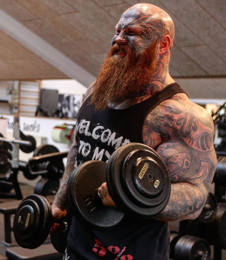 原创35岁丹麦男子,金色胡须身上有40处纹身,胸肌围度142厘米