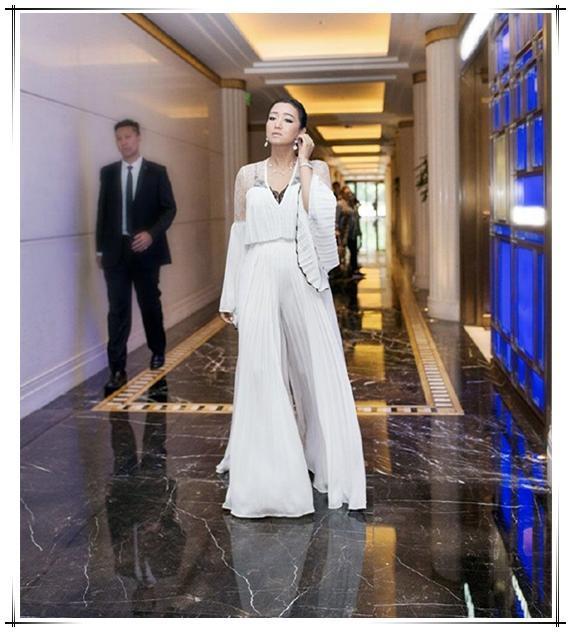 鞏俐又有新造型了!白襯衣配綠裙美得大氣,53歲了卻還是女神 形象穿搭 第7張