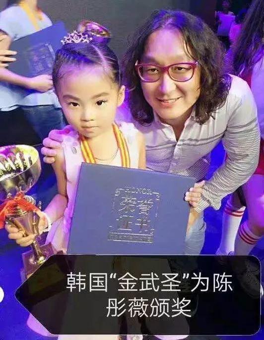 每天都坚定地对自己说一定要好好学习唱歌 我们的小童星陈彤薇 正在一