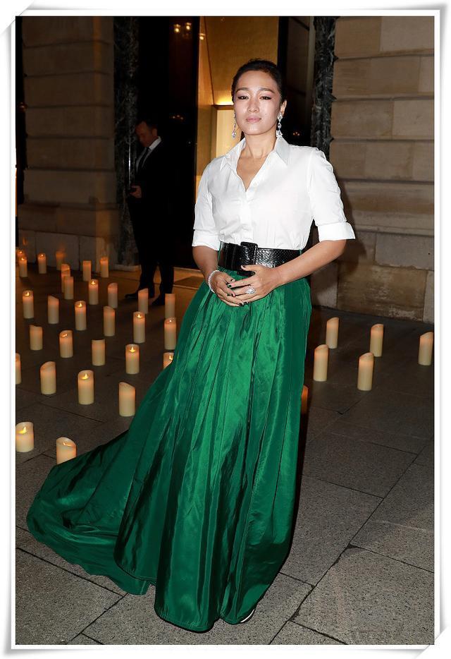 鞏俐又有新造型了!白襯衣配綠裙美得大氣,53歲了卻還是女神 形象穿搭 第3張