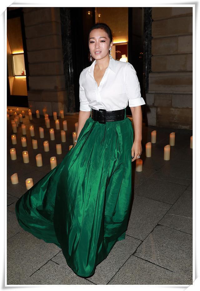 鞏俐又有新造型了!白襯衣配綠裙美得大氣,53歲了卻還是女神 形象穿搭 第4張