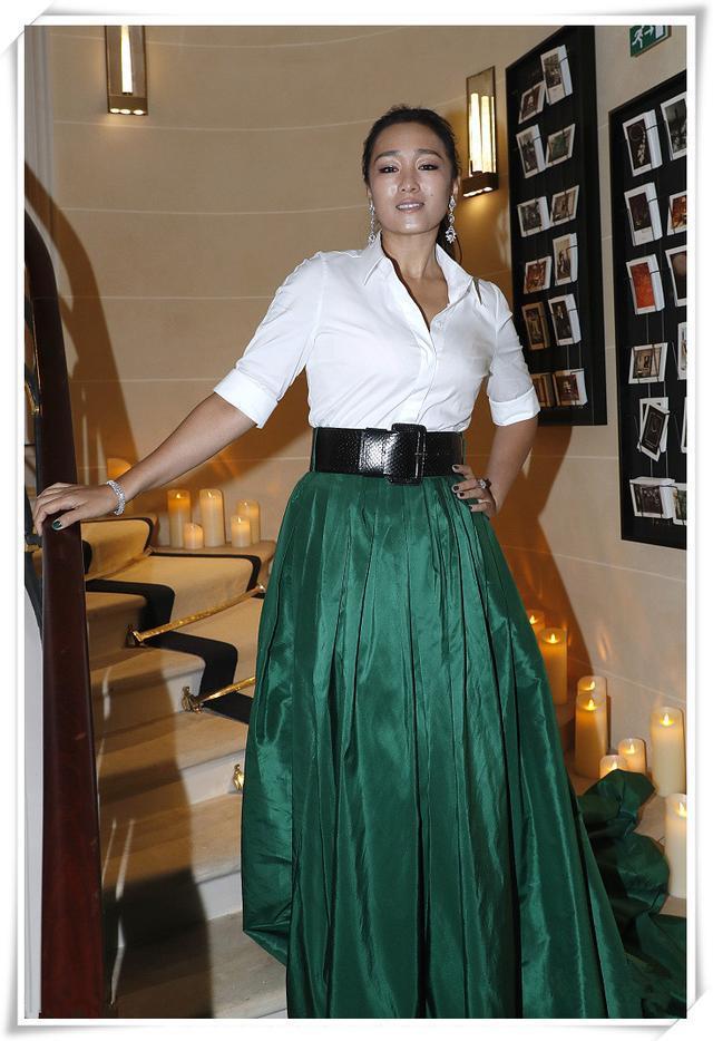 鞏俐又有新造型了!白襯衣配綠裙美得大氣,53歲了卻還是女神 形象穿搭 第5張
