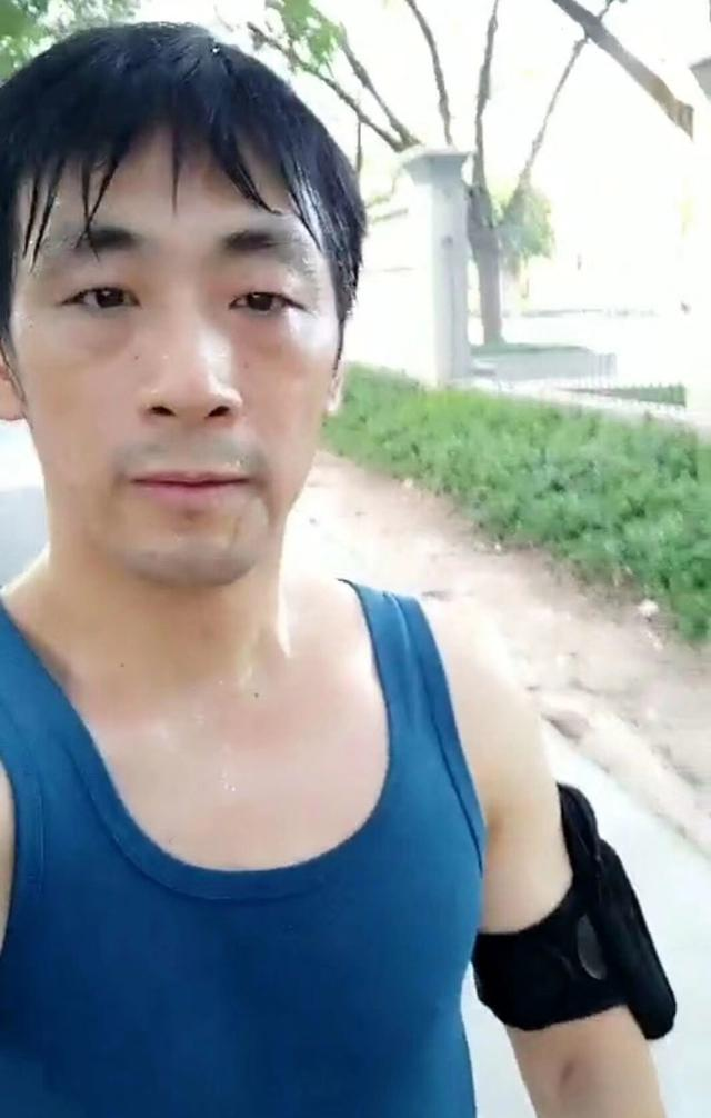 广东武术大师单手劈碎四块砖头,叫板王知亮:你别做缩头乌龟!