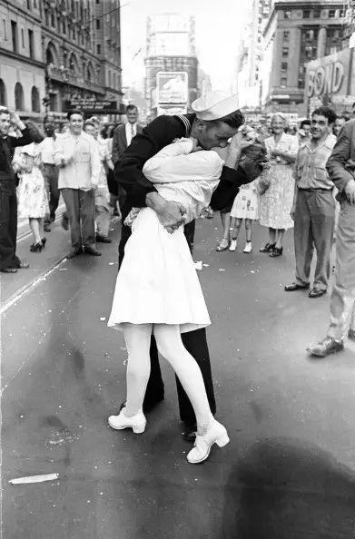 能亲吻的时候请不要拥抱,历史上最著名的亲吻照