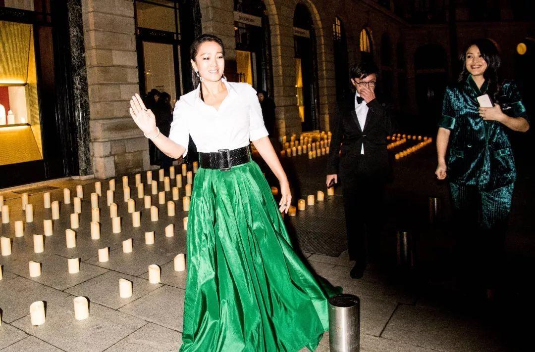 53岁巩俐白衬衫搭绿裙亮相,昔日女王老了,发际线都上升了