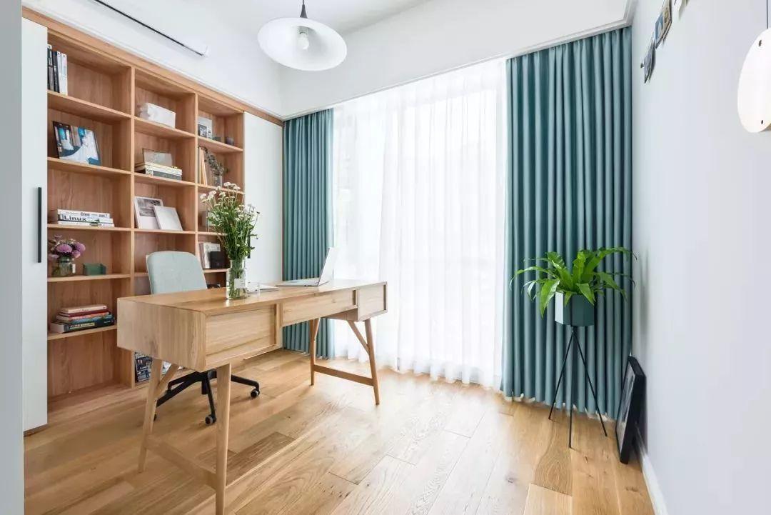 房产 正文  靠窗布置书桌的设计,适合开间较大,但进深较小的书房,在图片