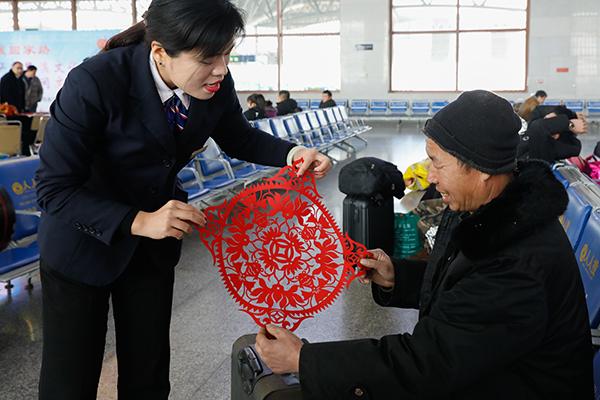 """春运民间艺术""""走进""""山东聊城火车站"""