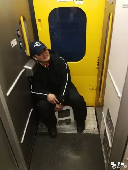 把刘昊然P成男友,吴京带小板凳坐火车,回家过年难啊!(图15)