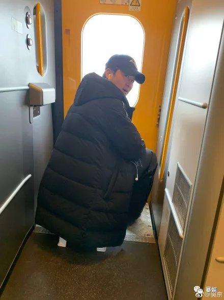 把刘昊然P成男友,吴京带小板凳坐火车,回家过年难啊!(图14)
