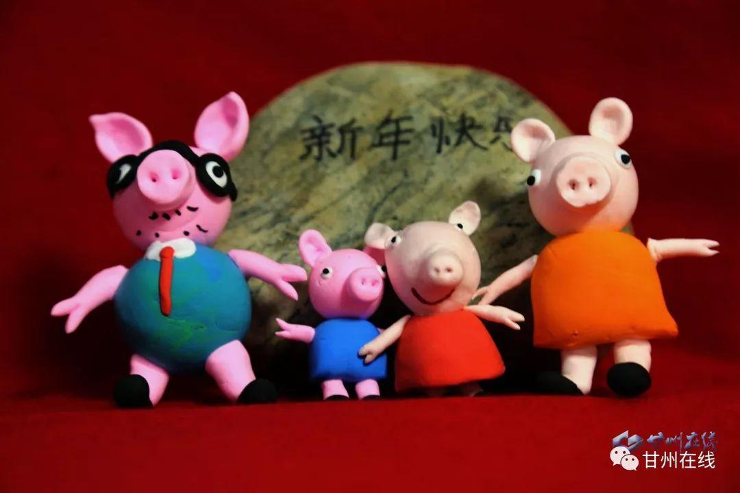 张掖艺人手工制作创意小猪佩奇喜迎新年