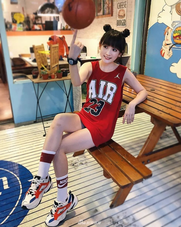 嬌萌臺妹!美少女洗菜愛打籃球引關註!