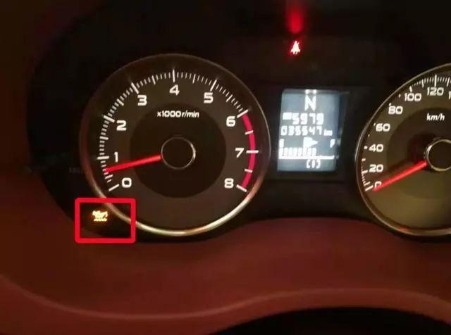 司机误把机油压力报警灯当做机油液位灯,行驶20公里后