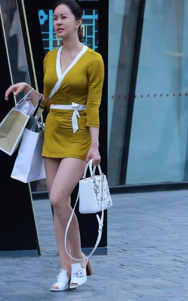 35歲的小姐姐展示出成熟之美,絲襪+裙子美麗動人