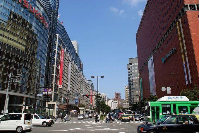 酒店距离火车站,福冈市中心和福冈机场的车程不超过30分钟,还提供中文