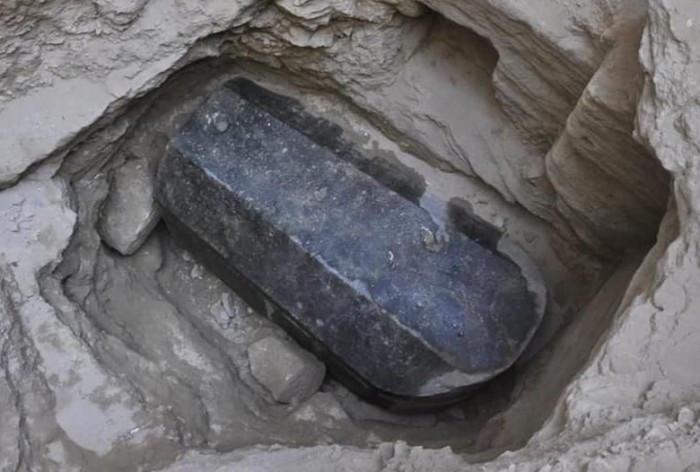 埃及神秘棺材出土,棺材里躺着一公主,旁边还躺着