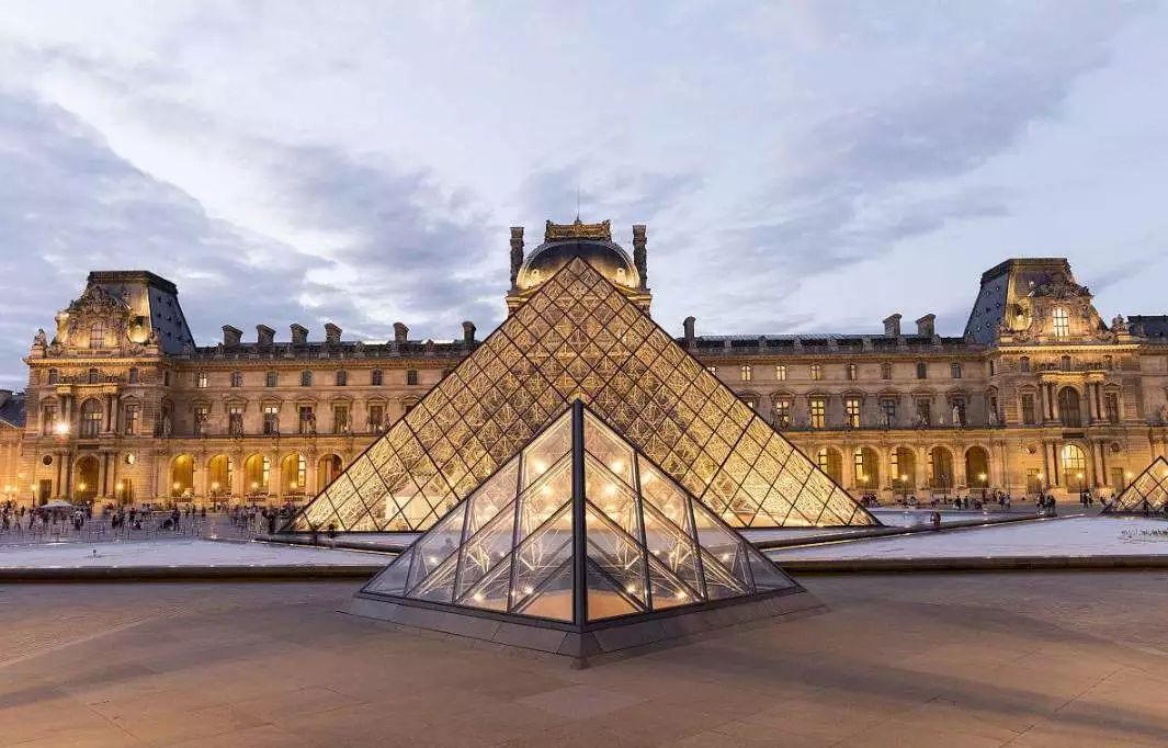 贝老的代表作之一,法国卢浮宫金字塔