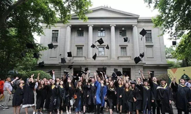 当天,东南大学为2017届本科毕业生举办毕业典礼,众多学子身着学士服,在校园内合影留念, 向他们即将逝去的大学生活告别.