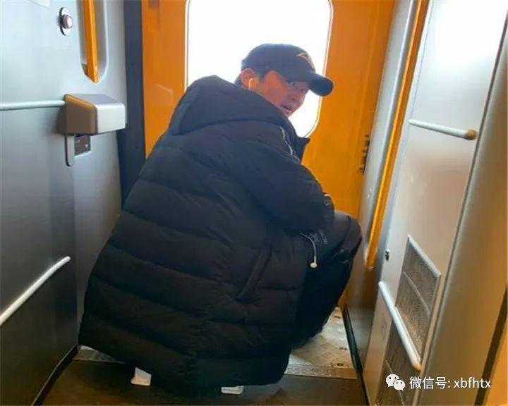 """因为就在吴京发布微博后不久,该男装品牌的官方微博就发文:""""只要贴出吴京同款坐姿模仿照,即就机会获得吴京同款轻"""