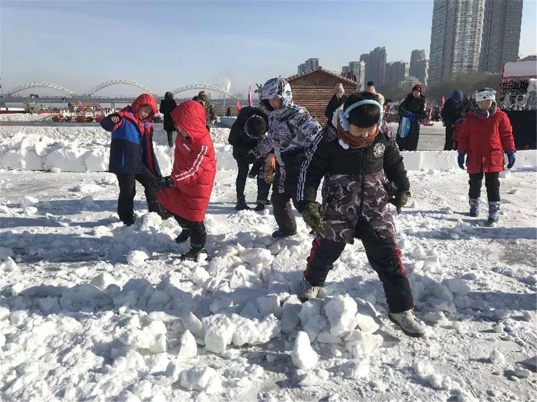 """冬天打雪仗图片_深圳游客PK东北汉子冰上""""飞"""" 南方娃痴迷出溜滑儿、打雪仗 ..."""