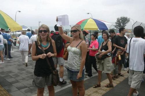 巴基斯坦游客来中国,购物时看到国人的这一操作,